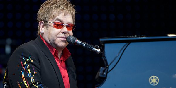 Elton John in Concert Tickets von Ernst Vikne, via Wikimedia Commons